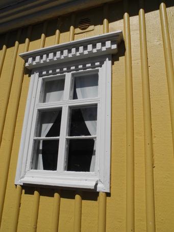 Jag är inte säker, men det ser ut som om fönstren tom går att öppna. Väldigt detaljerad smyckning ovanför fönstret.