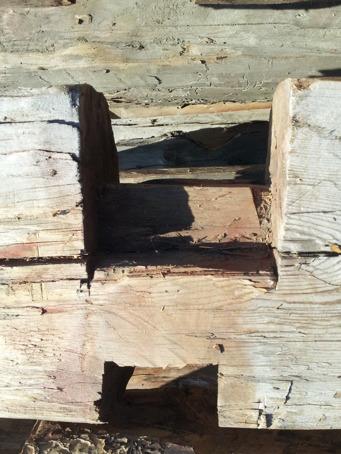 Vi har hittat märkning på ladan från 1833! Sen kom en kunnig granne förbi och berättade att dessa typer av knutar (urtagen i stockarna) gjordes under 1800-talets första del, och det bekräftade ju att den inristade märkningen stämde! Det är så häftigt tycker jag!