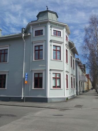 Ännu ett vackert hus. Varför byggs det inte såna torn längre, med kåpor som denna uppepå?!
