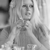 24_BRIGITTE_BARDOT_FLOWER_IN_HAIR_1968