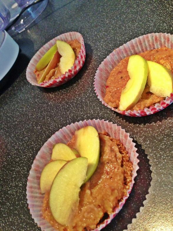 Nästa recept var äppel paj, här ser Ni våra halvfärdiga..