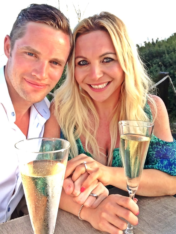 Jag är mycket stolt & lycklig över att vara förlovad med Marcus. Vi ringde upp hans familj som inte visste vad som var planerat & dom blev jätte glada.