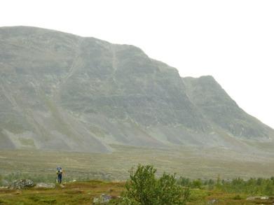 Dag 39 - Bergsväggen vid Goabddátjåhkkå har en fallhöjd på ungefär 500 m