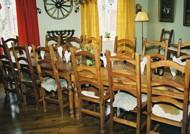 Matsalen med inredning i rustik stil.