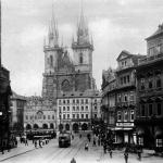 Staroměstské nám. ještě s tramvajemi (jezdily tam do r. 1960)