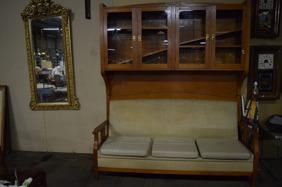 1378. Vitrinskåp med soffa(SÅLD)