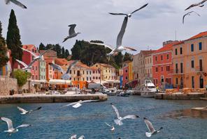 Hamnen i staden Veli Losinj. En av flera fina och pittoreska miljöer.