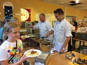 Jimmy Wollberg och Jesper Wollberg Olofsson serverar innebandyungdomar lunch