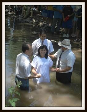 En kvinna från Agnastaco döps