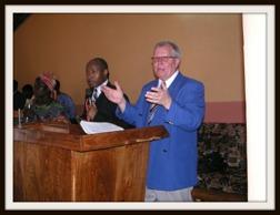 Owe Lindeskär predikar i en kyrka i Benin. Tolk Kabera Svensson