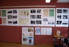 Del av utställningsvägg. Uppsatta skivor med fotografier och affischer.                    Foto: Richard Fransson