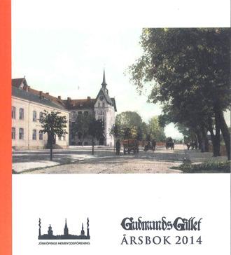Bokomslag till Gudmundsgillets årsbok 2014. Färglagt foto på stadsbebyggelse, en väg och hästar och vagnar.