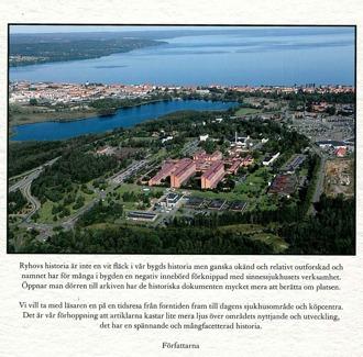 Baksidan av bokomslag till Ryhovs bebyggelse och nyttjande. Flygfoto över Ryhovs bebyggelse.