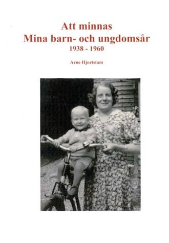 Bokomslag till Att minnas Mina barn- och ungdomsår. En kvinna håller i en cykel på vilken en lite pojke sitter.