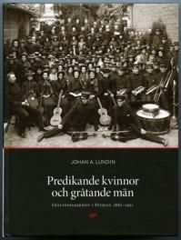Bokomslag Predikande kvinnor och gråtande män. Svartvitt foto på stor grupp frälsningssoldater stående och sittade mellan två tegelväggar. I förgrunden musikinstrument.