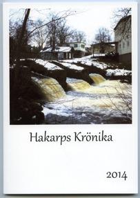 Bokomslag till Hakarps Krönika 2014. Färgfoto på damm. I bakgrunden hus.