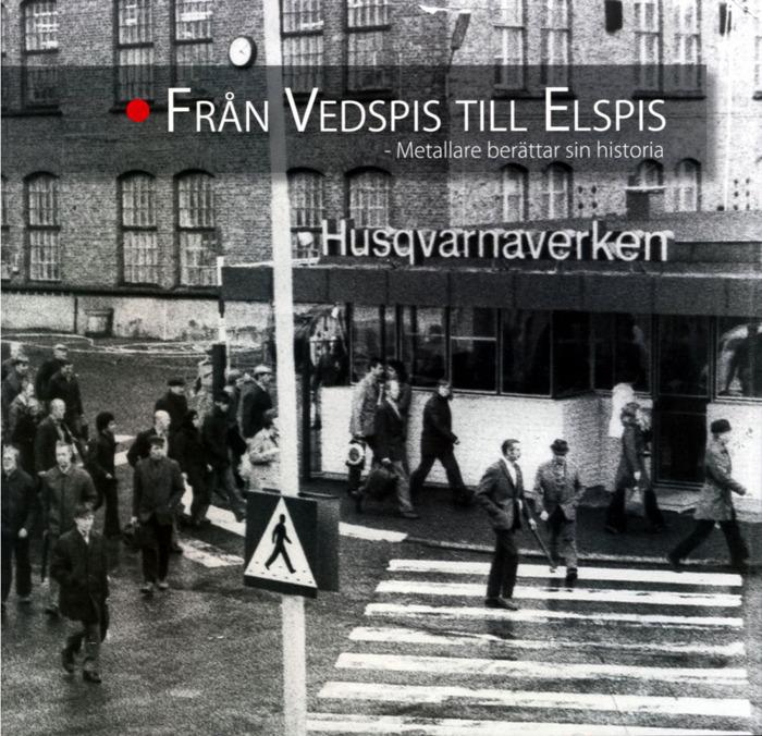 Bokomslag Från Vedspis till Elspis. Foto på ett trettiotal människor på väg till fabriken.