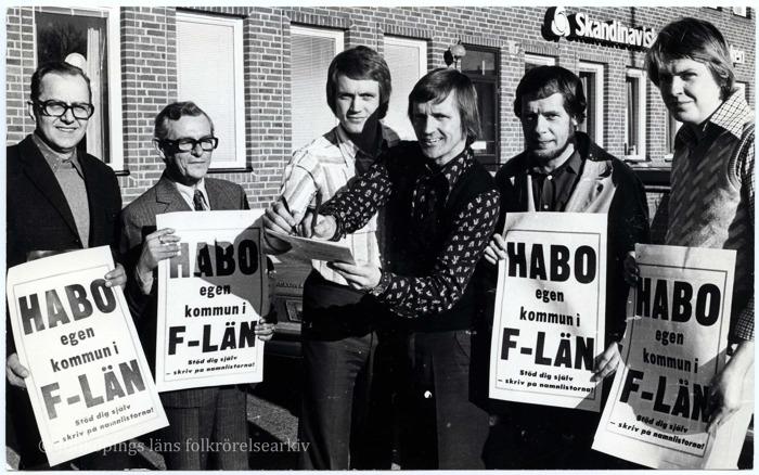 """Sex män håller upp skyltar med texten """"Habo egen kommun i F-län."""""""