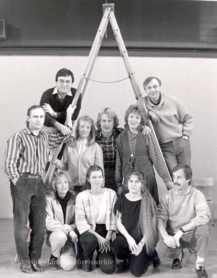 Foto på fem män och fem kvinnor uppställda för foto vid en trappstege.