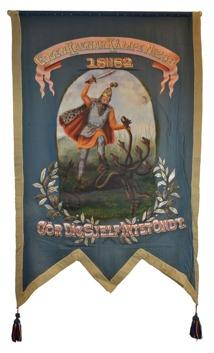Blå framsida på standar tillhörande Logen Ragnar Kämpe. Målat motiv, riddare som kämpar mot en månghövdad orm.