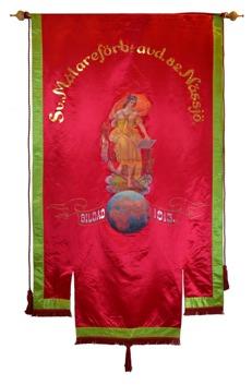 Framsida av rött standar med målad kvinna stående ovanför en jordglob.