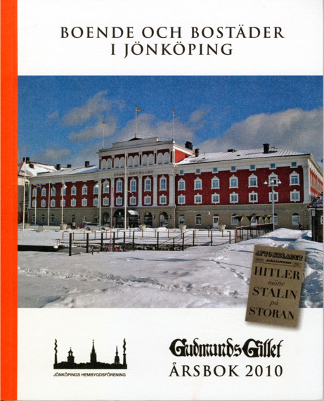 Bokomslag till Gudmundsgillets årsbok 2010 - Boende och bostäder i Jönköping. Färgfoto på Stora Hotellet. Rödvit stor stenbyggnad. I förgrunden snötäckt mark.