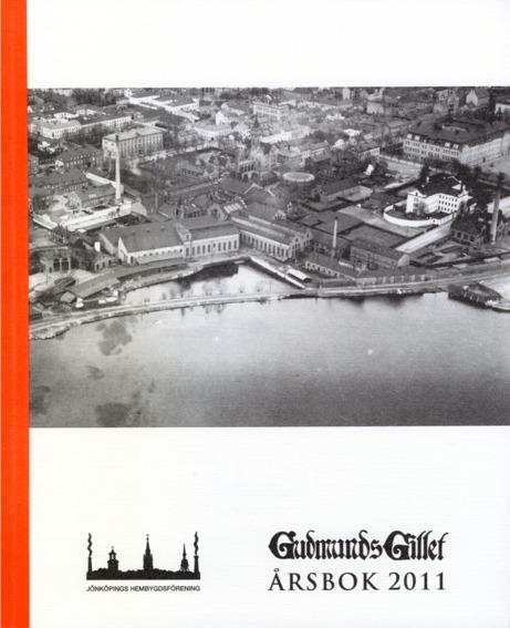 Bokomslag till Gudmundsgillets årsbok 2011. Flygfoto över byggnader vid en sjö.