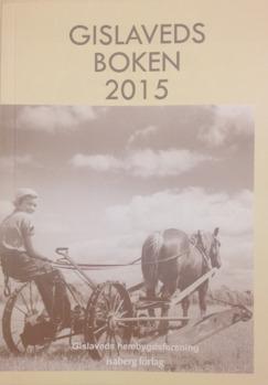 Bokomslag till Gislavedsboken 2015. På omslaget finns ett sepiatonat fotografi av ung kvinna som sitter på plog som dras av en häst.