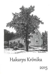 Bokomslag till Hakarps Krönika 2015. Svartvit teckning på trähus bakom ett stort träd.