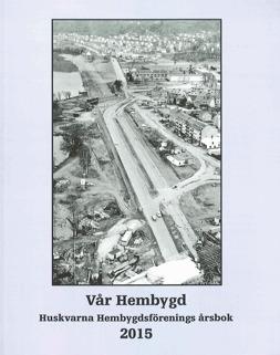 Bokomslag Huskvarna Hembygdsförenings årsbok 2015. På omslaget finns ett svartvitt flygfoto över Huskvarna.