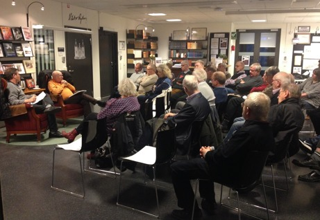 Ett tjugotal personer sittande på stolar i Arkivhusets forskarsal.