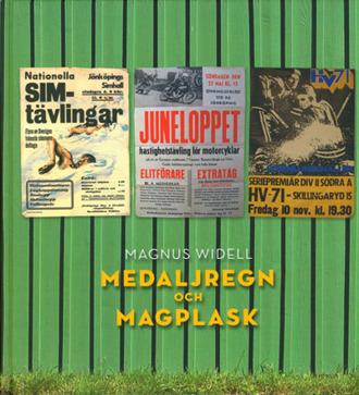 Bokomslag till Medaljregn och Magplask. Tre affischer mot grön botten rörande simtävlingar, motorcykeltävlingar och ishockey.