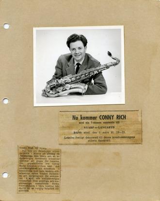 Skannad bild ur klippalbum. Ett foto på ung man med saxofon och två stycken tidningsklipp.