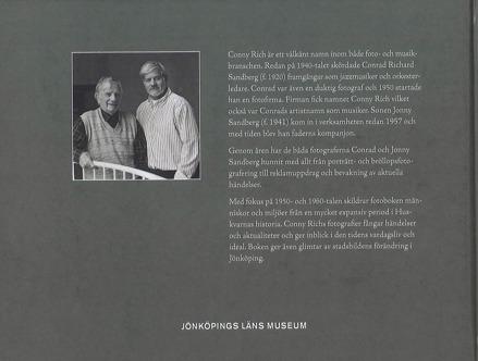 Baksideomslaget till boken Foto Conny Rich. Svartvitt foto på två äldre män.