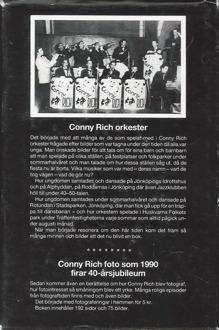 Omslag till baksidan av boken Conny Rich - Jubileumsbok. Svartvitt foto på orkester.