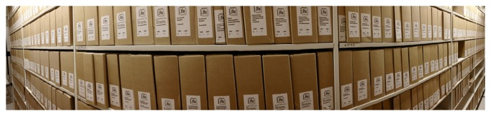 Panoramafotografi i färg av arkivhylla/arkivvagn.