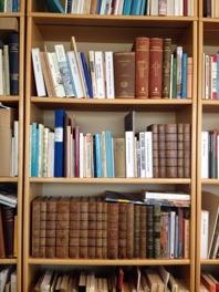 Träbokhylla med böcker.