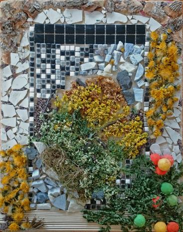 Foto på tavla gjord av blommor, mosaik, bark och trästickor.