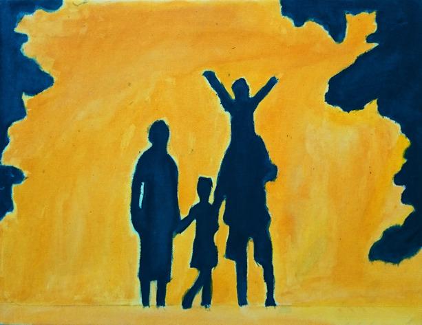 Foto på målning av familj i silhuette mot gul bakgrund. I kanterna av målningen finns en grottliknande silhuette.