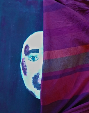 Foto på tavla/skulptur av ansikte där en halvan är dold bakom tyg. Ansiktet har blåmärken.