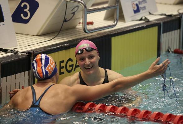 Susann Bjørnsen gratuleres med gull og norsk rekord. FOTO: Stavanger Svømmeclub
