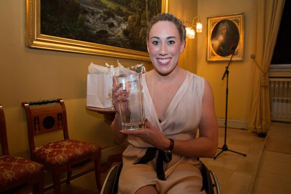 Sarah Louise Rung med prisen. FOTO: Caroline Dokken Wendelborg/NIF