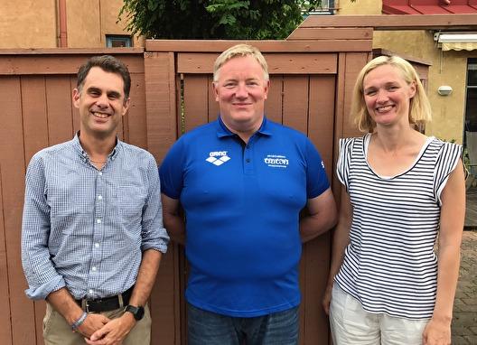 Robert Johnsson (i mitten) är ny verksamhetschef i SK Triton Staffanstorp. Här på bild tillsammans med Malin Håkansson och Michael Tsiparis ordförande och styrelsemedlem i klubben.
