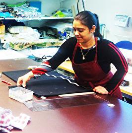 Aiesha som arbetar i Yallas ateljé.