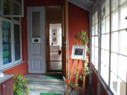 Entrén till ateljén från verandan.