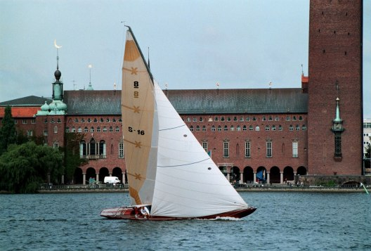 R8/S16 Ilderim sjösatt 1938, Tore Holm Yachten forsar fram på Riddarfjärden