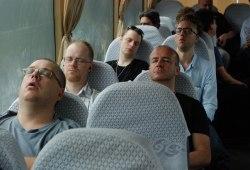 Trötta musiker i bussen på väg till Ningbo