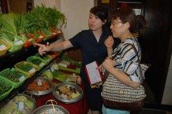 Xue mei väljer ut mat inför kvällens middag