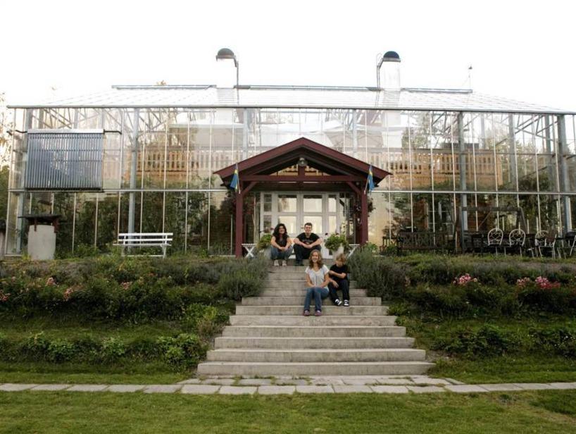 Familjen Solvarm utanför sitt naturhus. Bild: Expressen