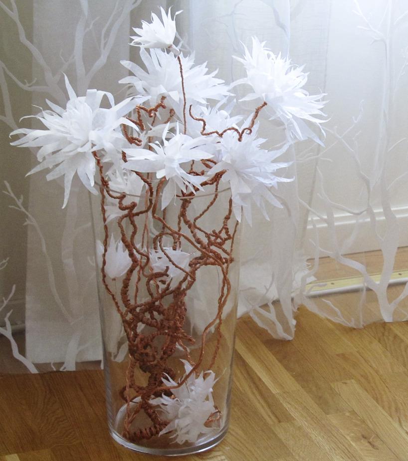 Blommor av silkespapper och koppartråd